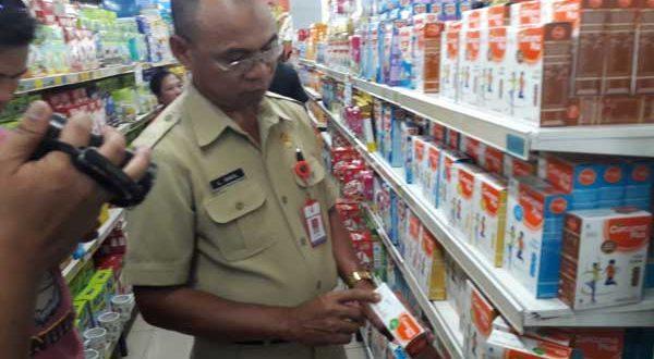 Disperdagkop dan UKM Kotamobagu saat melakukan inspeksi dadakan dengan dinas terkait di sejumlah pasar swalayan